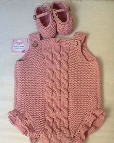 This Pin was discovered by HUZ Diy Romper, Baby Girl Romper, Crochet Baby Pants, Baby Girl Crochet, Knitting For Kids, Baby Knitting Patterns, Diy Crafts Dress, Baby Pants Pattern, Diy Clothes Videos