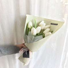 Boquette Flowers, How To Wrap Flowers, Beautiful Bouquet Of Flowers, Luxury Flowers, Beautiful Flower Arrangements, Flower Boxes, White Flowers, Planting Flowers, Floral Arrangements