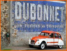 Citroën 2CV et l'affiche de Dubonnet l'apéritif.-