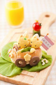 Couple in bun Japanese Food Art, Japanese Sweets, Cute Food, Good Food, Yummy Food, Cute Bento Boxes, Food Art For Kids, Kawaii Bento, Little Lunch