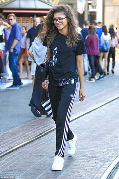 One other thing we have noticed in lady skaters are the kind of clothes they wear. This is skater style. Here are 5 skater style outfits inspired from Zendaya Zendaya Coleman, Estilo Zendaya, Moda Zendaya, Estilo Tomboy, Tomboy Stil, Tomboy Fashion, Fashion Outfits, Womens Fashion, Streetwear Fashion