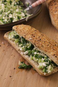 Sanduíche de salsão no pão integral, com maçã verde e rúcula para ficar bem verdinho! Perfeito para um pic-nic ou para servir no lanche.
