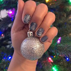 You can always have your #winterstyle with GelMoment polish . . . . . #sleighthesuiteway #nails #gelmoment #gelpolish #gelnails #chandelier #smokysky #mmatc #christmas #ornament #diynails #nailart #snowflake #tree #snow
