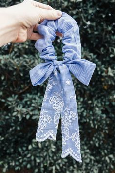For keeping your hair out of the way and for looking effortlessly chic. Our scarf scrunchies add an instant touch of vintage flair to your looks. This one is made of blue and white striped cotton with embroidered detail and a fun bow. Diy Headband, Headbands, Diy Hair Scrunchies, Costura Diy, Accesorios Casual, Vetement Fashion, Diy Scarf, Diy Hair Accessories, Looks Vintage