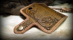 Smartphone case with mexican round braid and sheridan-style caving #leatherlacing #leatherwork #sheridanstyle #b2zone
