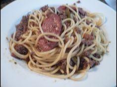 Receita de Spaghetti ao Molho Bolonhesa - 1- 25g de manteiga 2- 2colheres (sopa) de azeite de olivia 3- 1 cebola picada 4- 2 talos de salsao picadinhos 5- 2 dentes de alho amassados 6- 500g de carne moida 7- 200g de linguica calabresa sem pele 8- 300ml de vinho tinto ou branco 9- 1 lata d