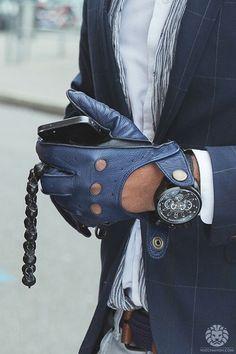 blue leather gloves/ guantes de piel azules