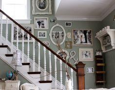 shabby chic treppenhaus schwarz weiße fotos salbeigrüne wandfarbe