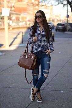 Jeans camisa cuadros tenis bolsa marrón