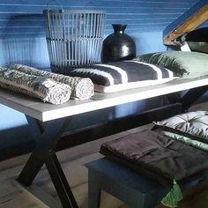 Är du intresserad av ett robust och stiligt matbord i stål och ask som dessutom är lokaltillverkat? Vi har ett exemplar i vårt showroom i storleken h75cm b100cm l200cm för 15 900kr. Sidengrå massiv bordsskiva och svartlackat matt kryss. Kontakta oss för mer information eller besök oss i Häggesled!