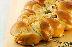 Zopf mit Feta-Oliven-Kräuter-Füllung