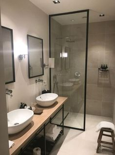 Description: a vintage bathroom decor is usually classic with rustic elements and secondhand features. Here is some inspiration you must see to create one. From claw-foot tub, curtains fall over, to… Vintage Bathroom Decor, Vintage Bathrooms, Small Bathrooms, Modern Master Bathroom, Serene Bathroom, Seashell Bathroom, Bathroom Inspo, Small Bathtub, Hotels