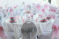Modèle décoration de table mariage gris et rose