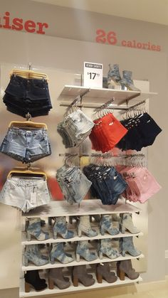 Merchandising @ Forever 21 Fall Update 2017 - Merchandising - Ideas of Merchandising - Merchandising @ Forever 21 Fall Update 2017 Source by Amayah_House store Clothing Store Interior, Clothing Store Displays, Clothing Store Design, Boutique Clothing, Boutique Interior Design, Boutique Decor, What Is Merchandising, Visual Merchandising, Mode Choc