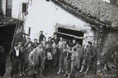 Miguel Cañizal, hablando con los milicianos en el caserío Sagasta de Bergara, muy cerca de Los Intxortas. http://tokitan.tv/un-robert-capa-en-mi-familia-fotos-ineditas-guerra-civil#
