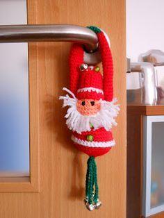 Este patrón está traducido por mi de uno que encontré libre por la red:       ¡Este dulce pequeño tipo será una maravillosa adición pa... Crochet Christmas Wreath, Crochet Ornaments, Christmas Wreaths, Christmas Crafts, Xmas, Diy Crochet, Crochet Toys, Christmas Themes, Christmas Decorations