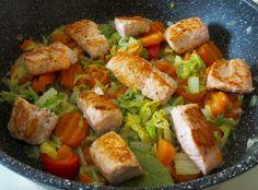 Poêlée de chou chinois aux carottes et au saumon : Diet & Délices - Recettes dietétiques Pak Choy, Diet Recipes, Healthy Recipes, Polenta, Wok, Cobb Salad, Food Porn, Menu, Fish