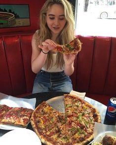Sabrina is making me hungry Sabrina Carpenter Style, Girl Meets World, Boy Meets, Wattpad, Pizza, Celebs, Celebrity Pics, Celebrity Babies, Animal Memes