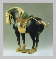 Black and polychrome glazed horse, Tang dynasty excavated in 1972 from a tomb in Guanlin, Luoyang, Henan Province. @ National Museum of China Ceramic Animals, Ceramic Art, Vanitas, Terracota, Horse Sculpture, China Art, Equine Art, Horse Art, Gravure