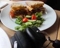 I think everyone can agree nothing beats a good sandwich hitting your tummy and good music hitting your ears! London has brunches on  lock!!! What's your favourite brunch long restaurant?!? .... yes I'm already thinking about Saturday or Sunday brunch . #mondaymood #foodie #music #englishbreakfast #brunch #salad #lifestyle