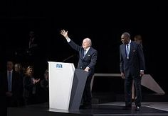 26-Jun-2015 7:39 - BLATTER: 'IK BEN NIET TERUGGETREDEN'. Sepp Blatter heeft zich drie weken na het bekendmaken van zijn terugtreden in nevelen gehuld tijdens een bijeenkomst in Zürich.