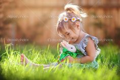 linda niña con un conejo tiene una Pascua en la hierba verde - Imagen de stock: 42166641  http://sp.depositphotos.com/42166641/stock-photo-cute-little-girl-with-a.html
