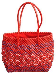 Handgemaakte tas van gerecycled plastic uit India.