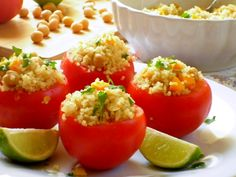 I pomodori ripieni di quinoa e ceci sono il giusto compromesso tra gusto e semplicità. Con il caldo di questi giorni la voglia di stare ai fornelli cala dr