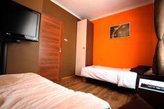 Apartament pomarańczowy Sypialnia wyposazona w telewizor,szafe,pufy i nakaslik,lampki nocne oraz internet  bezprzewodowy  http://www.rainbowapartments.pl/strona-glowna/