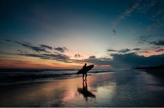 Cuando crees conocer todas las respuestas llega el Universo y te cambia todas las preguntas (Albert Espinosa)  #cielo #sky #atardecer #sunset #agua #water #surf #surfer #playa #beach #sol #sun #nubes #clouds #olas #waves #bali #indonesia #surfing #arena #sand // Fot.: C. Seidenberg