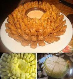 Compartilhe isso! INGREDIENTES 1 cebola grande 500 g de farinha de trigo 4 ovos 1 xícara de chá de leite 1 colher de chá de pimenta caiena 1 pitada de paprica 500 g de farinha de rosca Óleo para fritar Água o suficiente para cobrir a cebola Como fazer a receita de cebola empanada para … Blooming Onion Recipes, Empanada, Food Trays, Perfect Food, Yummy Snacks, Finger Foods, Carne, Keto Recipes, Clean Eating