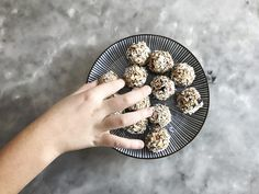 No-bake apple pie bites. Raw Dessert Recipes, Raw Food Recipes, Healthy Baking, Healthy Snacks, Apple Pie Bites, Cookie Cake Pie, Homemade Candies, Energy Bites, Baked Apples