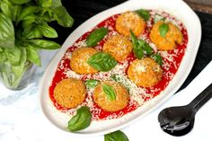 Keto Arancini Balls – Cheese flavoured, cauliflower goodness and crunchy outside! An easy keto snack or keto brunch Slow Cooker Recipes, Diet Recipes, Diet Tips, Salad Recipes, Keto Snacks, Savory Snacks, Keto Foods, Keto Desserts, Healthy Foods