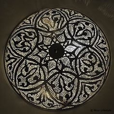 Egyptische plafondlamp Warda, ronde verzilverde plafondlamp met Arabisch patroon.