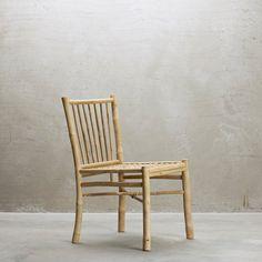 Bambusspisestol i skandinavisk design med lige linjer, og en enkeltheden i dens design der gør at bambusstolen nemt integreres i den nordiske indretning.
