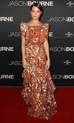 La actriz sueca brilla sobre la 'red carpet' con unos estilismos marcados por las últimas tendencias. ¿El motivo? La gira promocional de su último film, 'Jason Bourne'