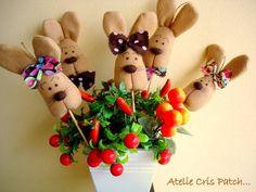 coelho em feltro para decorar cestas,vasos de flores,arranjos,lembrancinhas.... para prender guardanapo com fita de cetim ,um charme a mais para seu almoço no domingo de PÁSCOA.  PORTA GUARDANAPO 9,50 R$ 9,50
