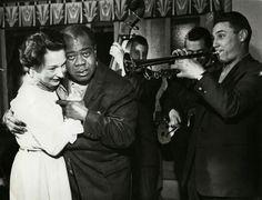Louis Armstrong på Ullevålseter 1959 Armstrong danser med ukjent kvinne. Akkompagnementet besørges bl.a. av (fra v.) Kjell Gustafsen, Tor Braun og Rowland Greenberg. Foto: Tore Fredenlund