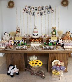 Decoration for children's party with farm theme Farm Animal Birthday, Tractor Birthday, Farm Birthday, 2nd Birthday Parties, Birthday Ideas, Farm Themed Party, Farm Party, Cowgirl Party, Decorating With Pictures