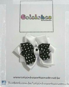 Laço de fita modelo flor branco e preto poá afixado em bico de pato tamanho M.