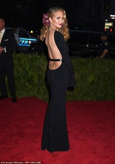 Revealing:Chrissy Teigen showed off her figure in a backless black gown that was so low i...
