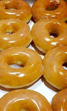 Copycat Krispy Kreme Recipe for glazed yeast donuts Köstliche Desserts, Delicious Desserts, Dessert Recipes, Yummy Food, Recipes Dinner, Lunch Recipes, Cat Recipes, Sweet Recipes, Cooking Recipes