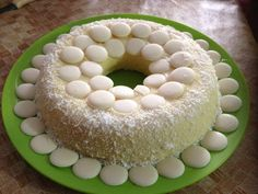 Beijão de Microondas - Lucila 3 ovos, 2 latas de leite condensado, 1 c. s. margarina, 100g coco ralado, 1/4 xíc leite. Hidratar o coco no leite por alguns minutos. Bater tudo no liquidificador. Colocar em fôrma própria para microondas untada com um pouco de margarina. Levar ao microondas na potência média alta por 9-11 minutos. Levar à geladeira por 4 horas. Desenformar e decorar a gosto.