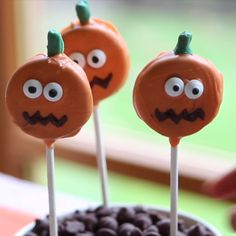 Pumpkin Oreo pops These Pumpkin Oreo Pops are super cute if you want to make a nice little basket of pumpkin pops for your Halloween party or Thanksgiving celebration. The post Pumpkin Oreo pops appeared first on Halloween Desserts. Halloween Torte, Postres Halloween, Halloween Cake Pops, Halloween Sweets, Halloween Party Snacks, Halloween Goodies, Holidays Halloween, Halloween Fun, Halloween Pretzels