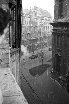 Egyetem tér a Papnövelde (Eötvös Loránd) utca felől nézve, jobbra az Egyetemi templom. Vintage Architecture, Budapest Hungary, Old Pictures, Historical Photos, Vintage Ads, Places Ive Been, Landscapes, History, Beautiful