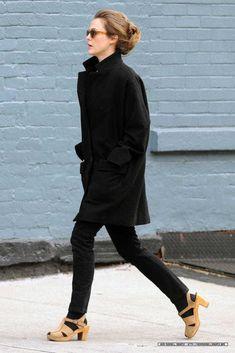 kerri russel; all black; clogs with socks; tortoiseshell sunglasses