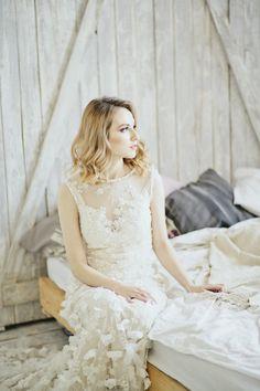 Свадебное платье кружевное с цветами ручной работы. Силуэт по фигуре