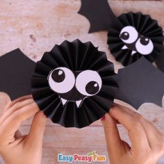 Let's get silly with this Paper Rosette Bat Halloween Craft for Kids. Make a fun Halloween craft - this paper rosette bat craft is great for both kids and adults alike. A fun and quick Halloween craft idea. Quick Halloween Crafts, Moldes Halloween, Manualidades Halloween, Halloween Tags, Diy Halloween Decorations, Halloween Crafts For Preschoolers, Halloween For Kids, Halloween Pictures, Holiday Crafts
