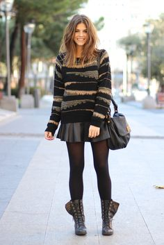 trendy_taste-look-outfit-street_style-fashion_spain-moda_españa-studed_boots-botas_negras_tachuelas-mas34-black_leather_skirt-falda_cuero-ikks-striped_knit_sweater-jersey_punto_rayas-marc_jacobs-polaroid-9