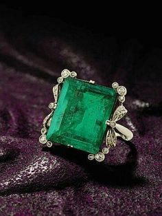 Vintage Rings emerald and diamond ring, circa 1900 How many thumbs up to this? Vintage Rings 40 Vintage Wedding Ring Details That Are Utterly To Die For Antique Rings, Antique Jewelry, Vintage Jewelry, Edwardian Jewelry, Gothic Jewelry, Vintage Rings, I Love Jewelry, Fine Jewelry, Jewelry Design